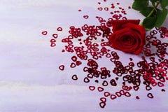 Бургундские символы розовых и St валентинки дня на предпосылке сирени Стоковая Фотография RF