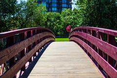 Бургундский деревянный мост пересекая Реку Truckee Стоковое Изображение RF