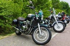 Буревестник триумфа мотоциклов (в переднем плане) и мальчик Harley-Davidson тучный (на заднем плане) Стоковая Фотография RF