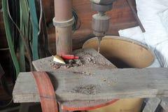 Бурильный станок в мастерской со старыми инструментами стоковые фото