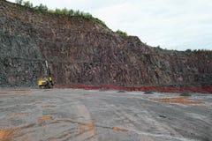 Бурильщик в карьере шахты порфиры стоковые фотографии rf