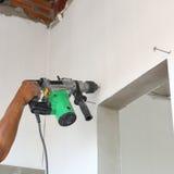 Бурильщик пользы работника для стены сверла стоковые изображения