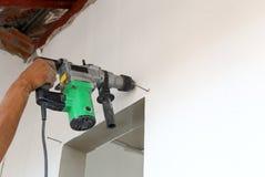 Бурильщик пользы работника для стены сверла стоковая фотография