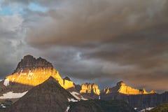Бурная гора с светом утра стоковое изображение