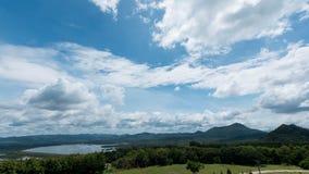 Бурная сельская местность пейзажа на резервуаре и красивых облаках Стоковое Изображение RF