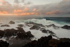 Бурное лазурное море и много утесы под облачным небом стоковые изображения rf