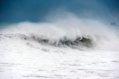 Бурное море с большой ломать волны Стоковые Фотографии RF