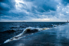 Бурное море с волнами белизны и видимым волнорезом. Стоковые Фотографии RF