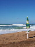 Бурное море, cilento, зонтик солнца стоковая фотография