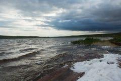 Бурное озеро с сериями пены скопируйте космос Принципиальная схема перемещения Стоковые Фото