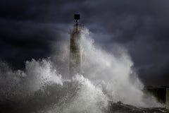 Бурные волны над маяком стоковая фотография