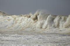 Бурные ломая волны Стоковые Изображения