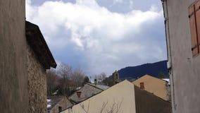 Бурные облака двигая под pyrenean деревню в од акции видеоматериалы