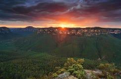 Бурные облака маячат над горами сини долины Grose Стоковые Фото
