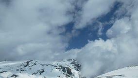 Бурные облака промежутка времени na górze горы снега видеоматериал