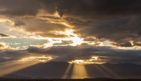 Бурные тяжелые облака над полями и горами Стоковое фото RF