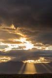 Бурные тяжелые облака над полями и горами Стоковые Изображения RF