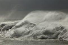 Бурный брызг ломая волны Стоковая Фотография RF