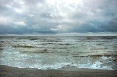 Бурный ветреный seascape и солнечное небо с темно-синими облаками стоковые изображения