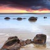 Бурный восход солнца на валунах Moeraki Стоковые Фотографии RF