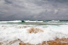 Бурный день на пляже Guincho в Cascais около Лиссабона Стоковое Изображение RF