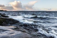Бурный день рядом с озером в декабре в Финляндии Стоковое Фото