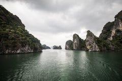 Бурный залив Вьетнам Ha длинный стоковые фотографии rf