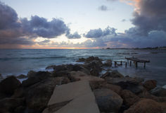 Бурный заход солнца на среднеземноморском Облака и волны Стоковое Изображение