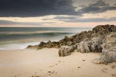 Бурный пляж стоковые фотографии rf