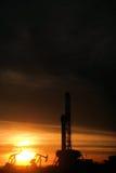 Буровая вышка в заходе солнца Стоковые Изображения
