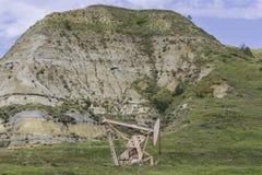 Буровая вышка в неплодородных почвах Северной Дакоты стоковая фотография rf