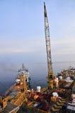 Буровая вышка и корабль нагрузки Стоковая Фотография