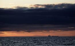 Буровая вышка и топливозаправщик на сумраке в Северном море стоковые изображения rf