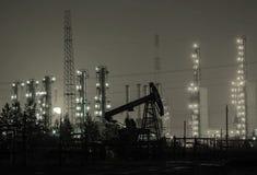 Буровая вышка на предпосылке рафинадного завода Стоковое Фото