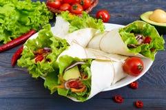 Буррито с прерванным мясом, авокадоом, овощами, горячим перцем на плите на темной деревянной предпосылке Стоковые Фото