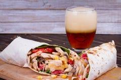 Буррито цыпленка, гриба, сыра и шпината Стекло пива стоковое фото rf