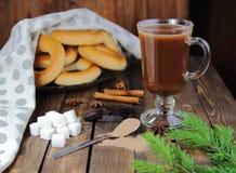 Бурый порох и горячий шоколад с елью и бейгл Стоковое Изображение