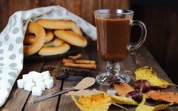 Бурый порох и горячий шоколад с листьями осени, и бейгл Стоковые Фотографии RF