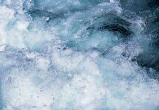 Бурлить морская вода с белыми пеной и пузырями Стоковое Изображение