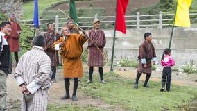 Бутанец лучник запуская стрелку, Бутан стоковое изображение rf