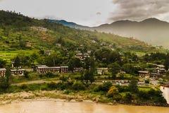 Бутанская деревня около реки на Punakha, Бутане стоковое изображение