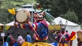 Бутанская игра танцора маски Cham как лев снега, Бутан стоковое изображение rf