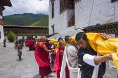 Бутанские граждане хранят огромное Thangka, Trashi Chhoe Dzong, Тхимпху, Бутан стоковые изображения rf