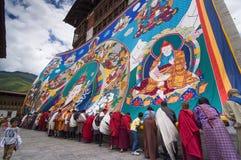 Бутанские граждане хранят огромный гуру Rinpoche Thangka, Trashi Chhoe Dzong, Тхимпху, Бутан стоковое изображение rf