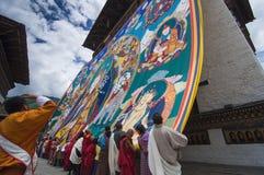Бутанские граждане хранят огромный гуру Rinpoche Thangka, Trashi Chhoe Dzong, Тхимпху, Бутан стоковая фотография rf