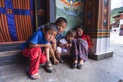 Бутанские дети в Trashi Chhoe Dzong, Тхимпху, Бутане стоковая фотография rf