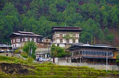 Бутанские дома около Chimi Lhakhang Размещенный около Lobesa Район Punakha стоковые фото