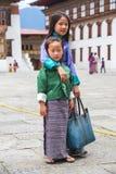 Бутанские маленькие девочки в традиционных одеждах, Бутане стоковое изображение rf