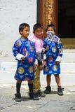 Бутанские молодые братья, 2 мальчика в традиционных одеждах, Бутане стоковое изображение rf