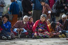 Бутанские старшии одевают обычно и держат шарики молитве на Puja, Bumthang, центральном Бутане стоковое изображение